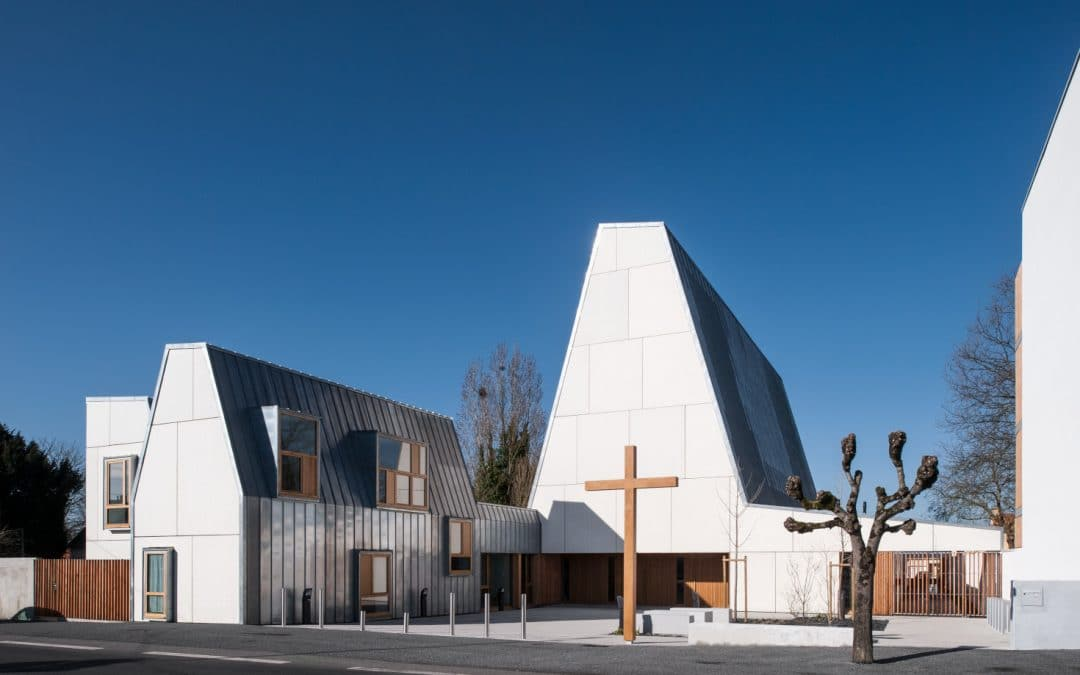 EGLISE TRADITIONNELLE A L'ARCHITECTURE MODERNE